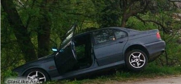 Automobilom u drvo