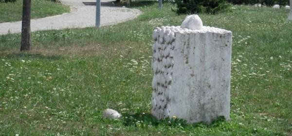 Ponovo oštećena skulptura na Trgu 133. Otočke brigade