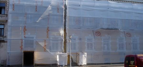 Obnova fasade zgrade usred Otočca pred završetkom