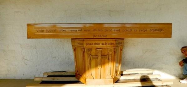 Vanjski drveni oltar za Crkvu hrvatskih mučenika na Udbini