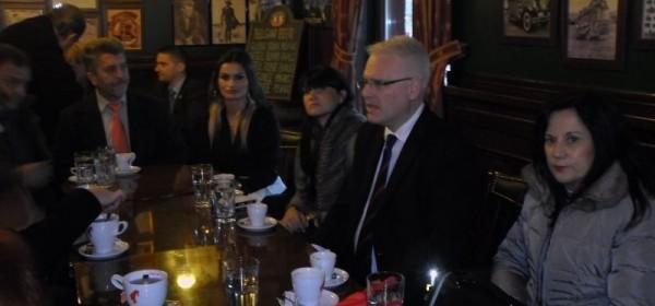 Josipović u Gospiću na kavi s građanima