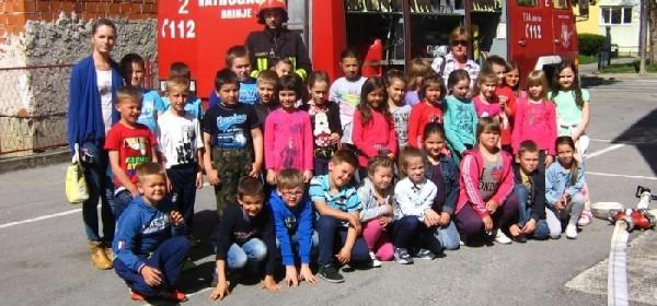 Učenici OŠ Luka Perković posjetili vatrogasce u mjesecu zaštite od požara