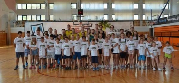 Djeca Novalje u fotkanju  s Bogutom i ekipom velikih Australian Boomersa