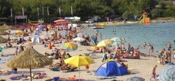 Na plaži Zrće tuča i otuđen mobitel a iz kuće u Vidalićima novac