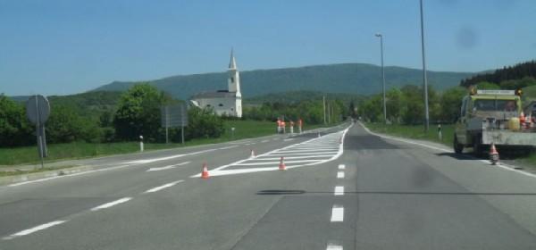 Postavljanje horizontalne signalizacije u Brinju