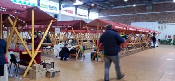 Od rane zore postavljanje stolova na 9. Božićnom sajmu u Otočcu