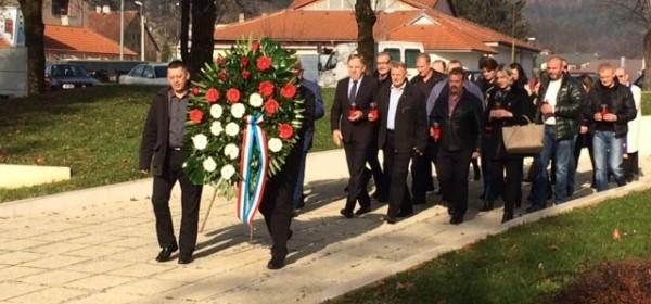 Počast žrtvama stradanja Vukovara i Škabrnje odali članovi GO HDZ Otočac