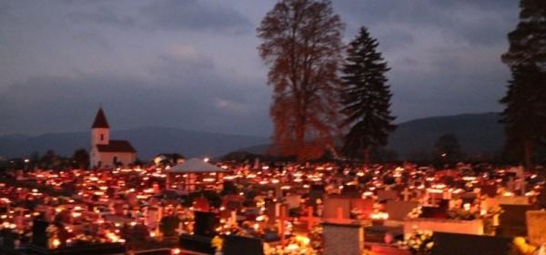 Otočac:Groblje noću na Sve svete