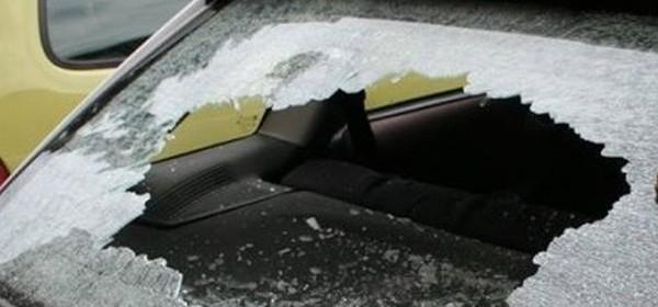 Rukom razbio zadnje vjetrobransko stalo na osobnom automobilu