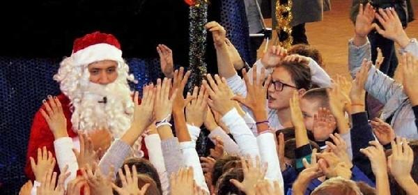 Djed Božićnjak na Božićnom sajmu u Otočcu