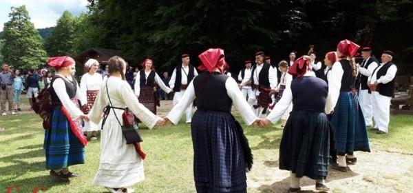 Gačani na Plitvičkim jezerima pjesmom i plesom
