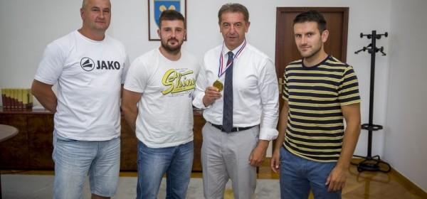 """Predstavnici NK """"Gospić ¨91"""" na prijamu kod Župana Milinovića"""