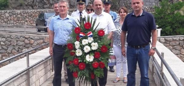 Delegacija odala počast braniteljima povodom Dana državnosti