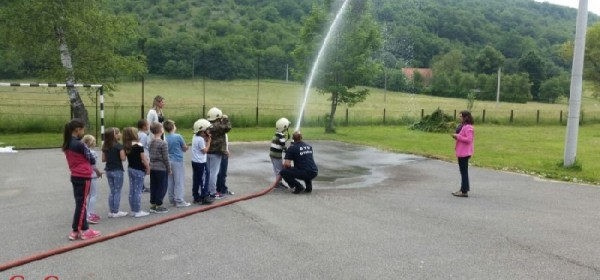 Vatrogasci DVD-a Otočac jučer u druženju s učenicima u Prozoru i Kompolju