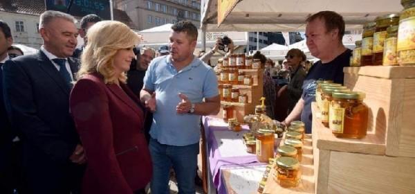 Sanjin objasnio predsjednici Kolindi ča je senjski med