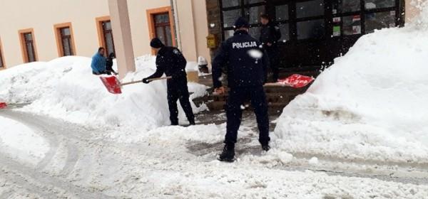 Interventna jedinica PU ličko-senjske pomaže u čišćenju snijega u Gospiću