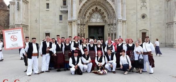 Gačani pred katedralon prije maše