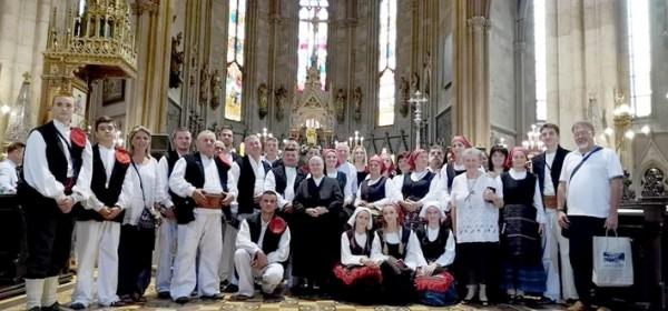 Gačani u katedrali nakon maše