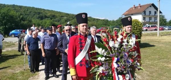 Izaslanstva položila cvijeće i zapalila svijeće poginulim braniteljima u Zalužnici