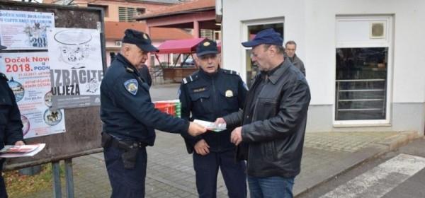 Policijski službenici Policijske postaje Otočac raznim akcijama uljepšali sugrađanima blagdane