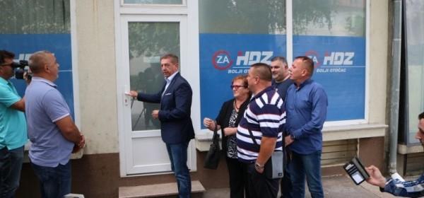 Milinovića dočekala zatvorena vrata GO HDZ-a u Otočcu