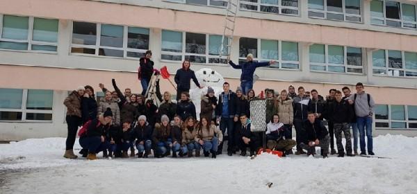 Otočki maturanti vesele se snijegu