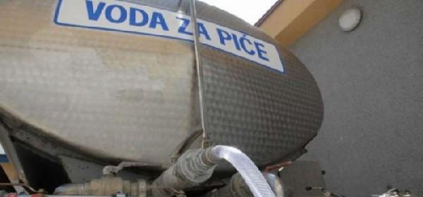 Cisterna za vodu danas ispred zgrade Vodovoda u Brinju