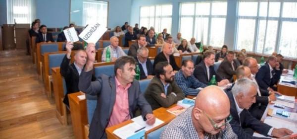 HDZ na čelu sa Marijanom Kustićem i koalicijskim partnerima HSS, HSU i HSP AS ima stabilnu većinu u Županijskoj skupštini Ličko-senjske županije
