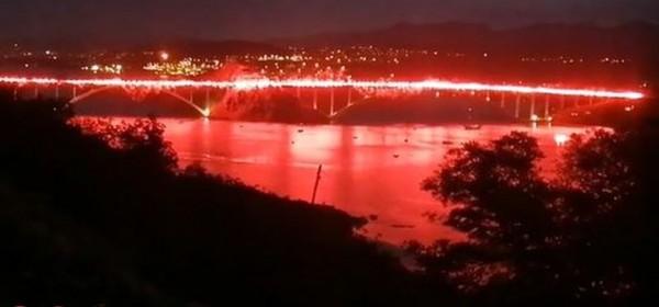 Spektakularna bakljada Armade na Krčkom mostu u čast braniteljima i Oluji