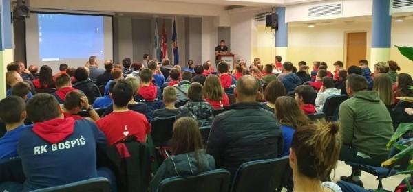 "Rukometni klub ""Gospić"" realizirao predavanje na temu ""Važnost prehrane i treninga mladih sportaša"""