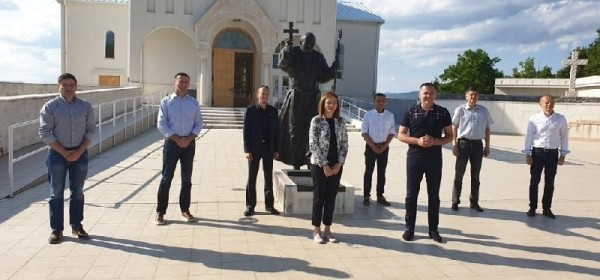 HDZ-ovi kandidati za Sabor Marijan Kustić i Anita Pocrnić Radošević  predstavili se u Udbini i Donjem Lapcu