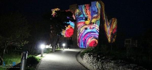 Svjetlosna instalacija na Tvrđavi Nehaj u povodu Dana Grada Senja i blagdana Svetog Jurja