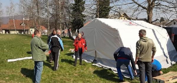 Volonteri Gradskog društva Crvenog križa Otočac podigli šator i ustupili DZ Otočac na korištenje