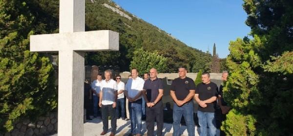 Gradske delegacije Senja polaganjem vijenaca i paljenjem svijeća odale počast hrvatskim braniteljima