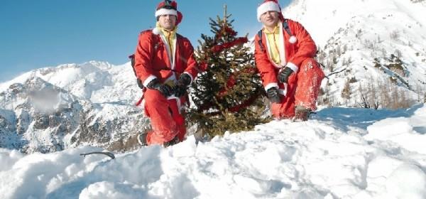 Lički avanturistički dvojac okitio božićnu jelku na vrhu Alpa