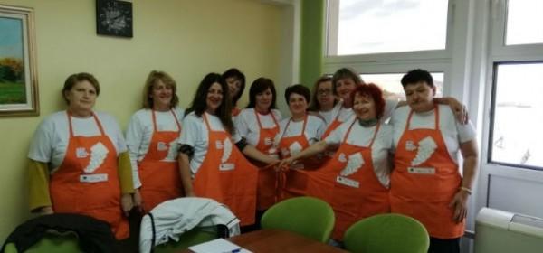 """Radni sastanak u sklopu projekta """"Zaželi"""" u Senju- zaposlenicama uručene radne pregače"""